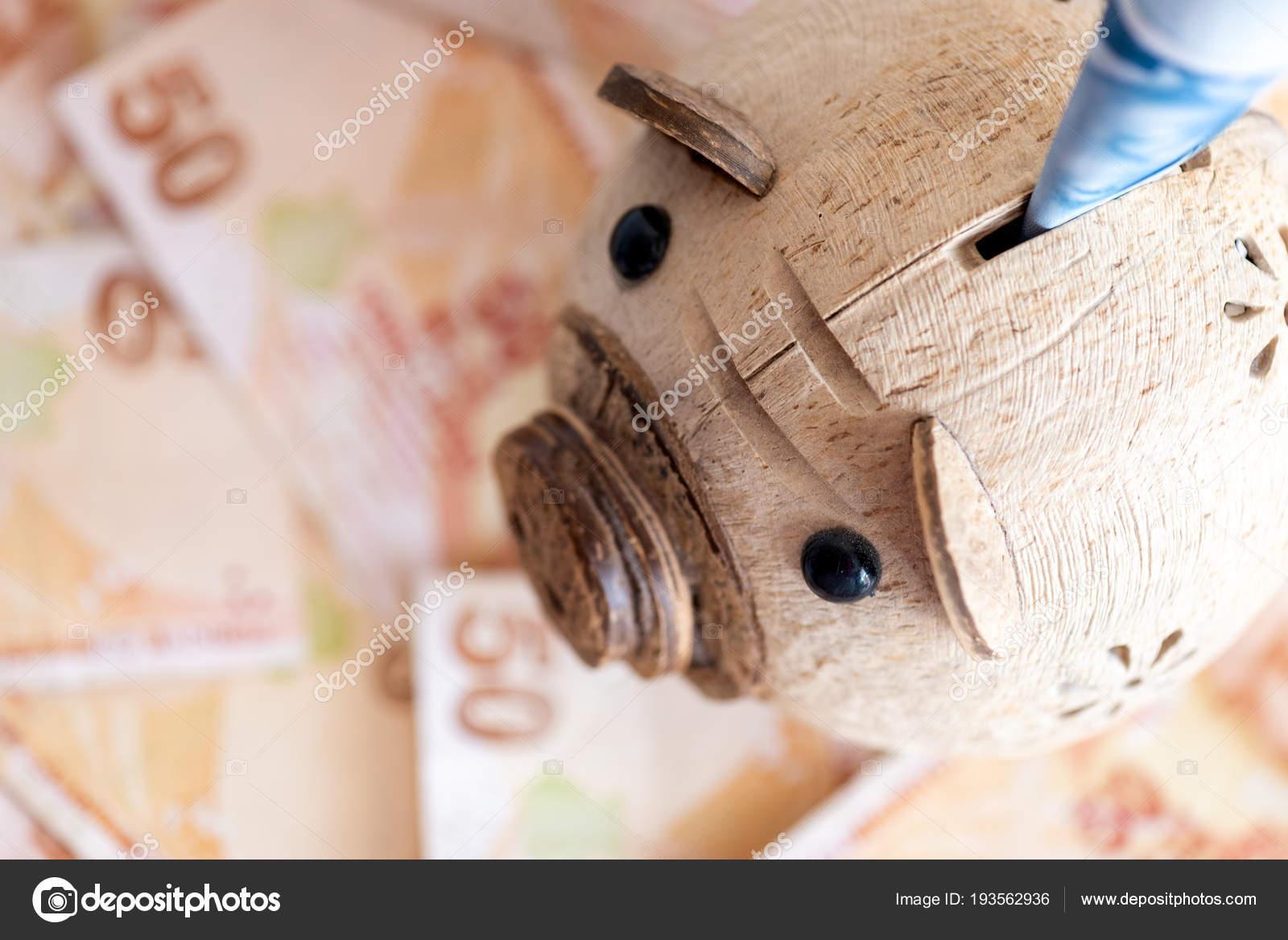 Gros plan de la monnaie turque - vue grand angle tirelire et 50 Lires les  billets de bill en arrière-plan — Image de eivanov 1e3bccd224b