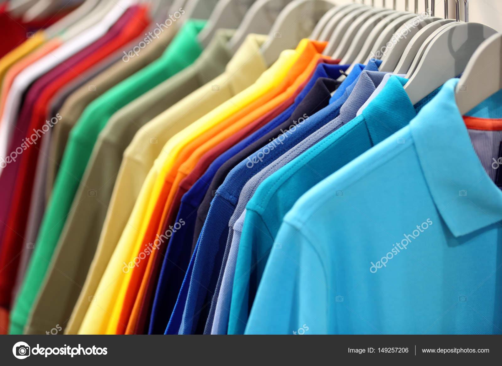d2899d7c93 Linha de camisas de polo masculinas no guarda-roupa ou loja ...