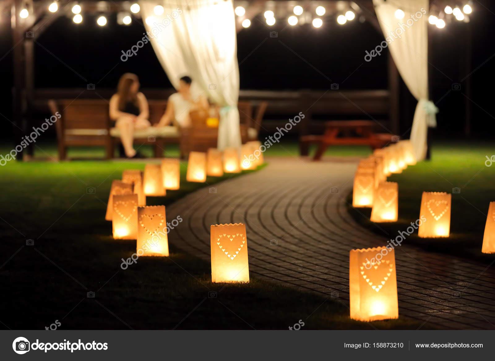 Percorso di illuminazione di notte per passeggiate nel giardino