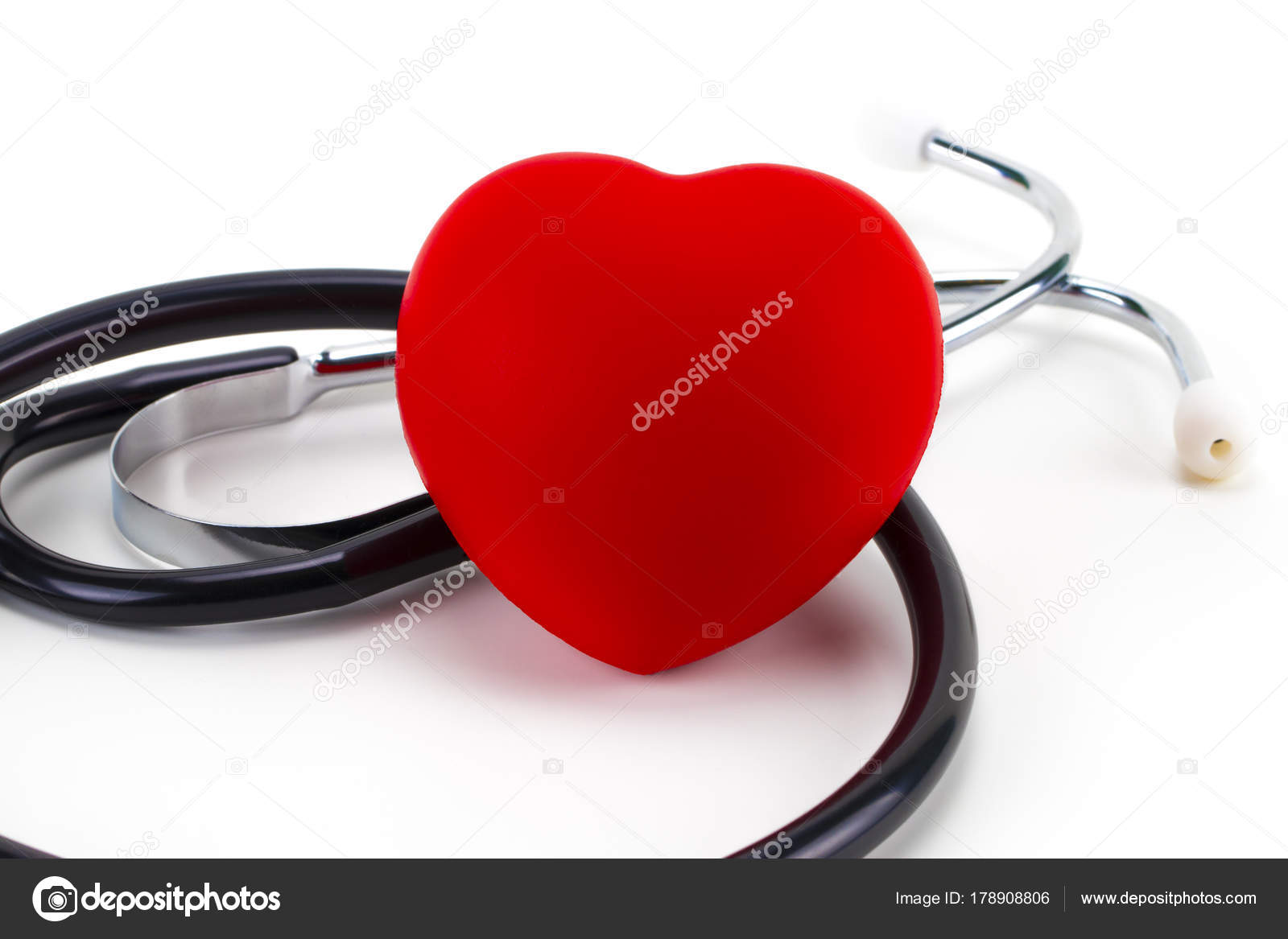 Stetoscopio Intorno A Un Cuore Di Gomma Rossa Su Sfondo Bianco Con