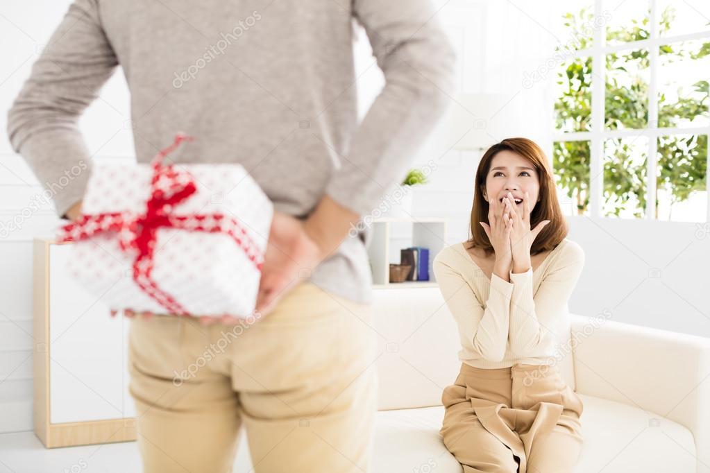 jeune homme offre un cadeau sa femme photographie tomwang 128059832. Black Bedroom Furniture Sets. Home Design Ideas
