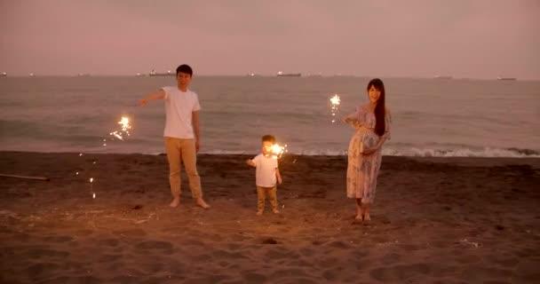 šťastná rodina slaví nový rok s jiskry