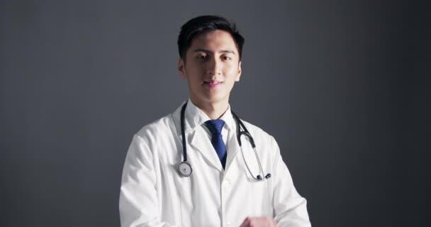 Portrét usmívajícího se sebevědomého asijského doktora