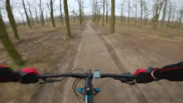 rychlost jízda na kole v raném jarním parku