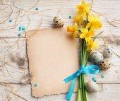Ostern Hintergrund mit Ostereiern und Frühlingsblumen. Top-Ansicht mit Kopierraum.