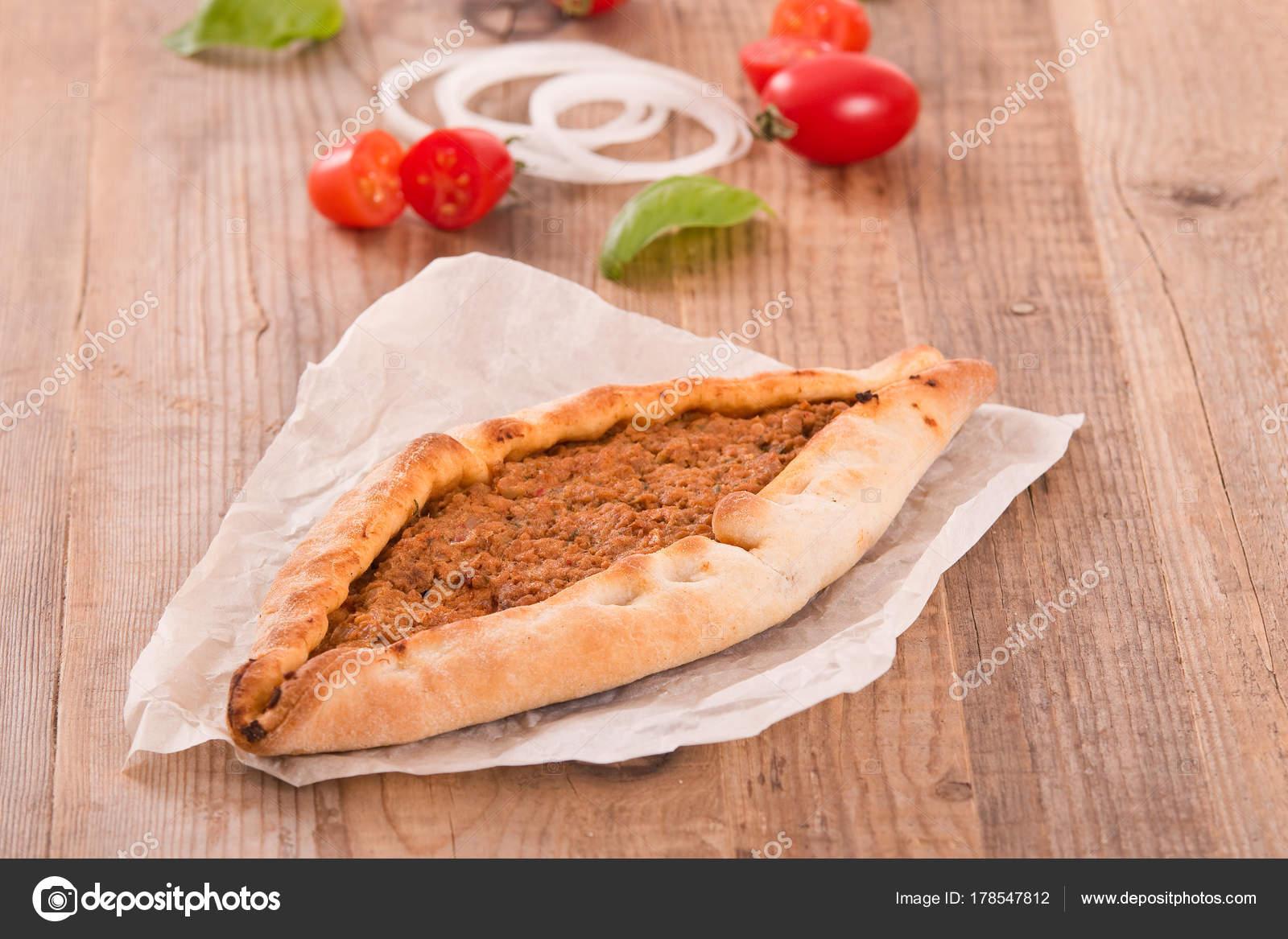 Türkische Pide Pizza Mit Fleisch Und Zwiebeln Stockfoto Milla74