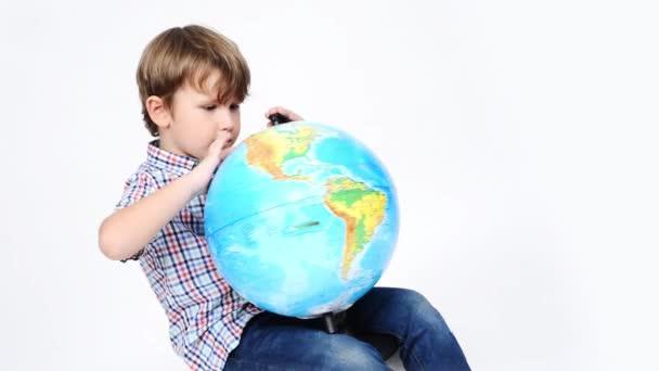 Boy otáčející se zeměkouli