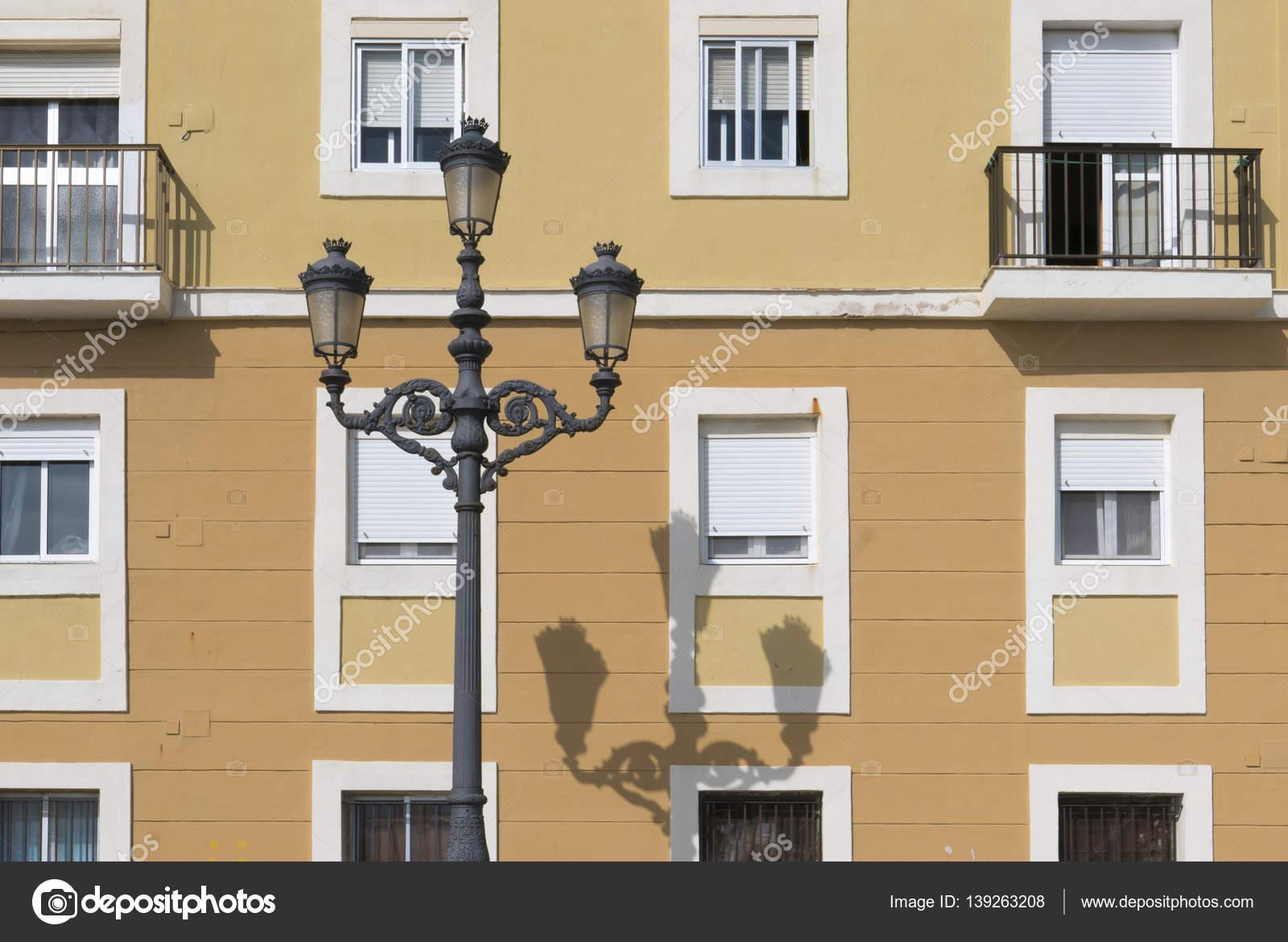 Alten farbigen Häuser mit verschiedenen Farben auf Fassade in Cadiz ...