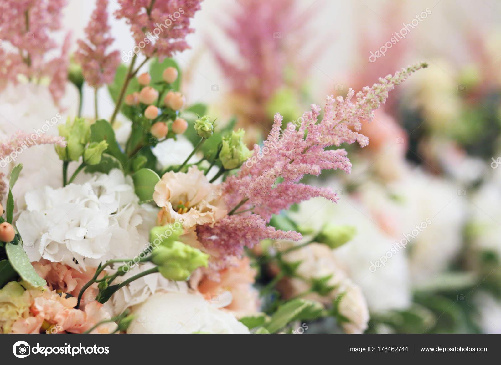 bouquets composition floristique avec pivoine blanche rose astilbe