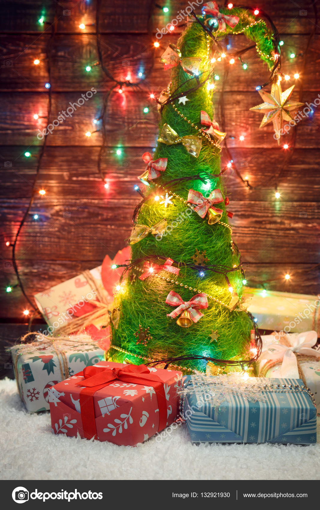 Mooie Kerstboom Met Gekleurde Lampjes En Geschenken Stockfoto