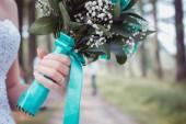 nevěsta drží kytici