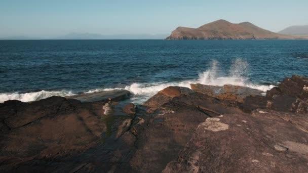 Scénická 4K video Atlantského oceánu Kerry pobřeží s kameny a vlnami
