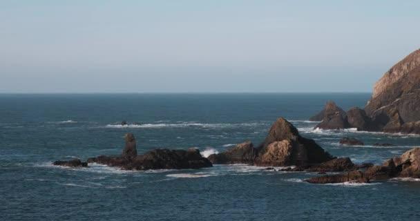 Nádherné pobřeží Atlantiku 4K video s kameny, útesy a ostrovy