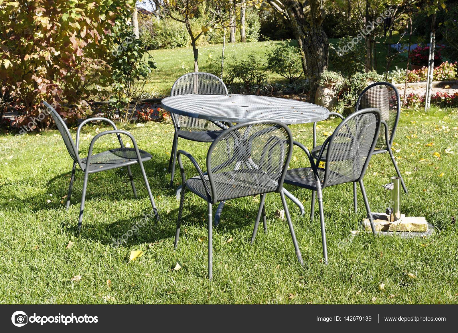 Vintage en fer forgé table et chaises pour pique-niquer dans ...