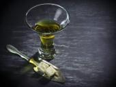 Fotografie Glas Absinth mit Würfelzucker und Löffel