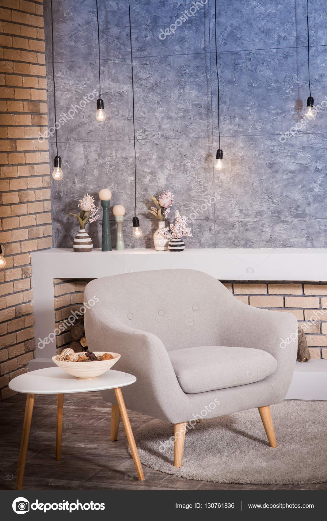 Moderno gris silla en sala de estilo loft bombillas - Bombillas decoradas ...