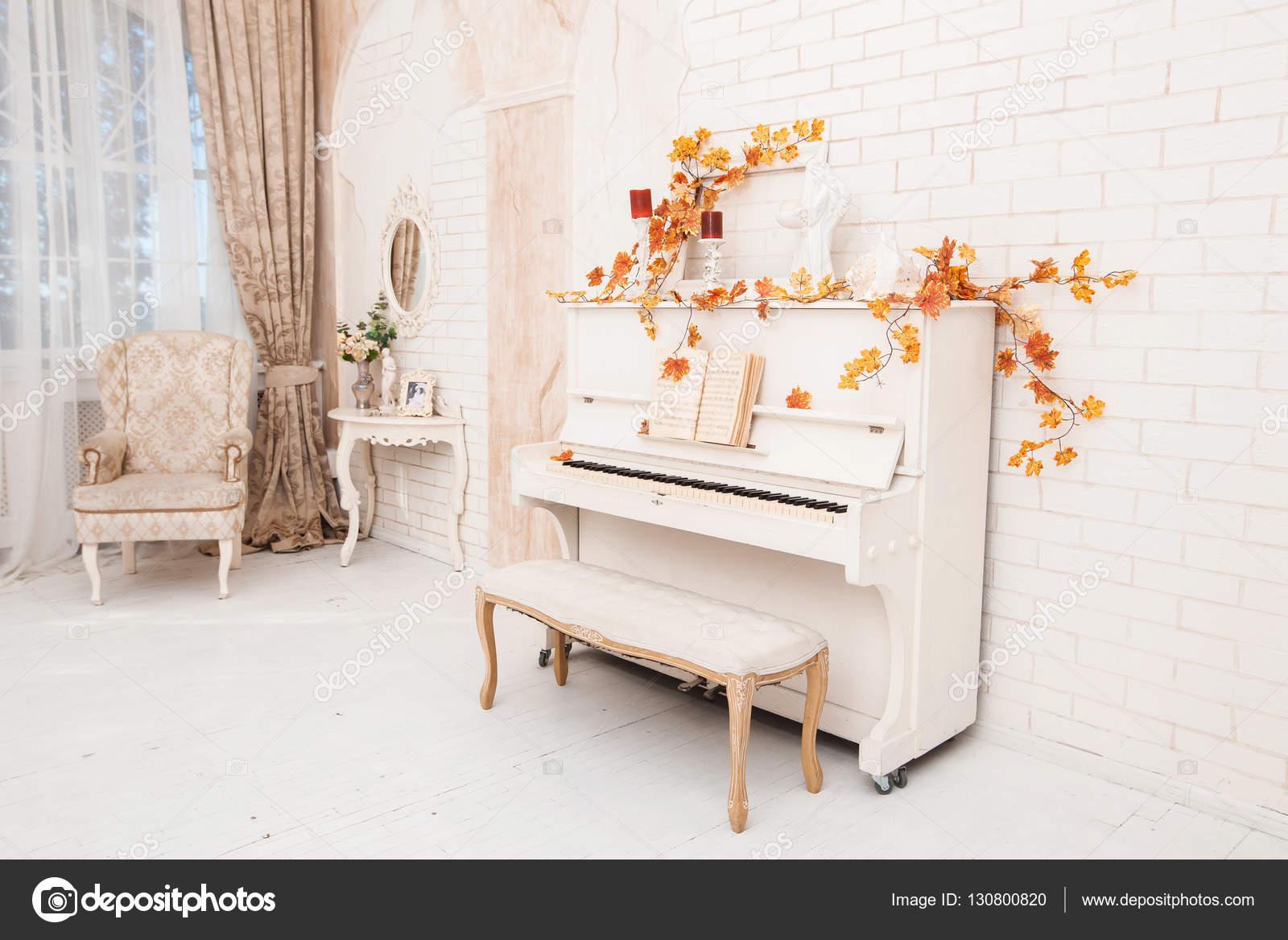 Herfst decoratie in witte hal met piano klassieke dressing t