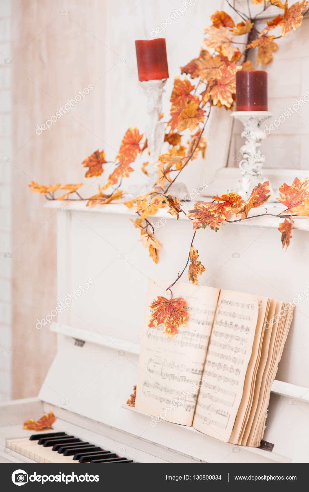Yellow autumn leaves entwined white piano  Close-up — Stock