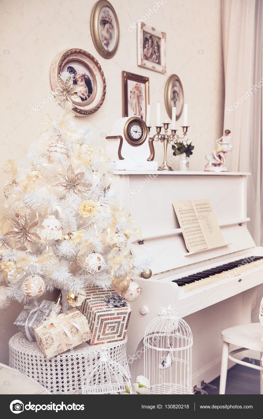 Белая Рождественская елка с украшениями ручной работы и ...
