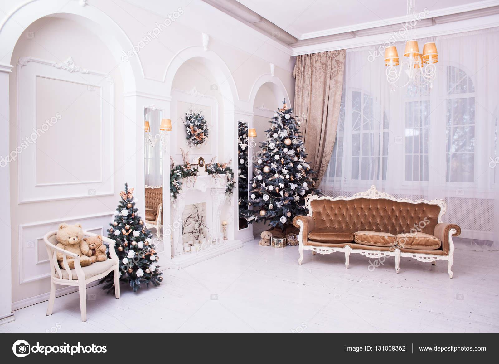 Winter-Neujahr und Weihnachten Dekoration in klassischen Halle ...