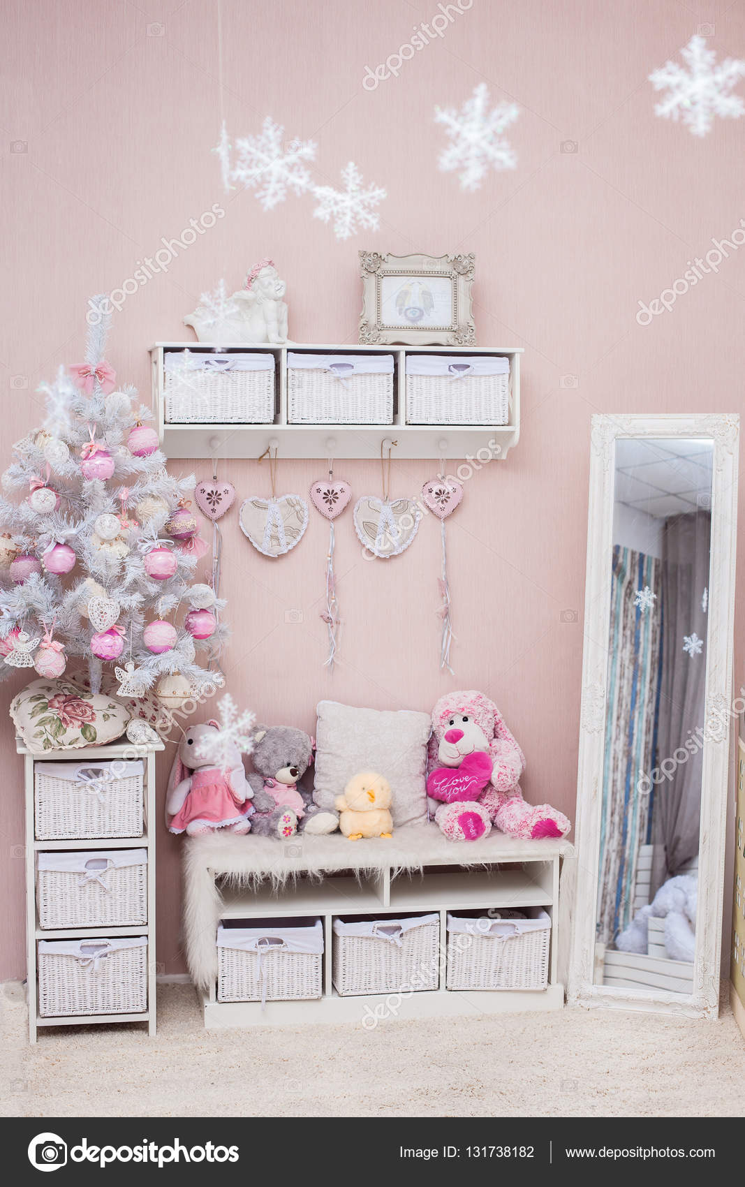 weihnachtsbaum im shabby chic stil wohnzimmer stockfoto 131738182. Black Bedroom Furniture Sets. Home Design Ideas