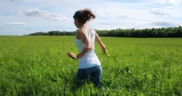fde5409d42c1a2 Glückliches schöne Mädchen läuft auf einer Wiese im Feld– Stock-Filmmaterial