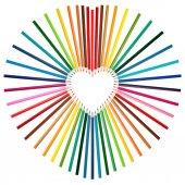 Sada barevných tužek v středu tvaru srdce