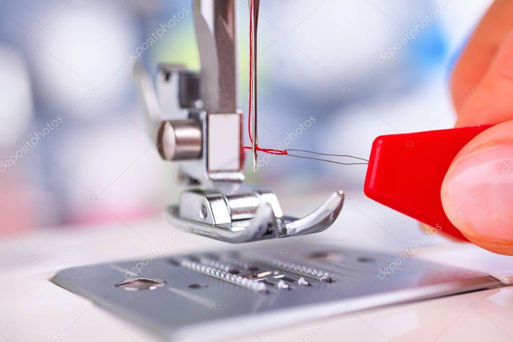 Fotos: agujas de coser   Enhebrar máquina de coser con