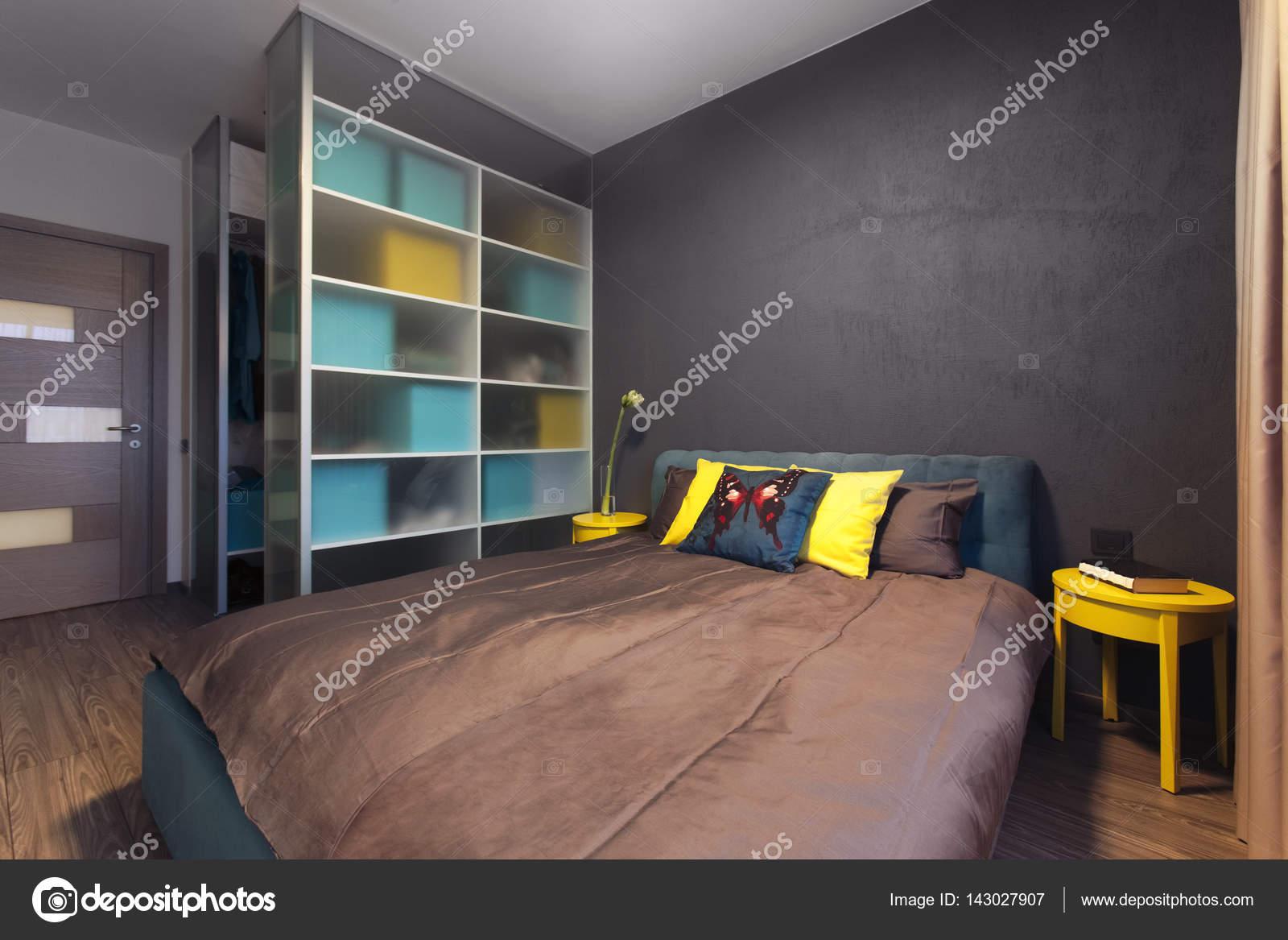 Modern interieur van een particuliere slaapkamer in effen kleuren