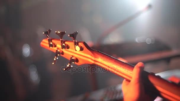 játszani a gitár a koncerten