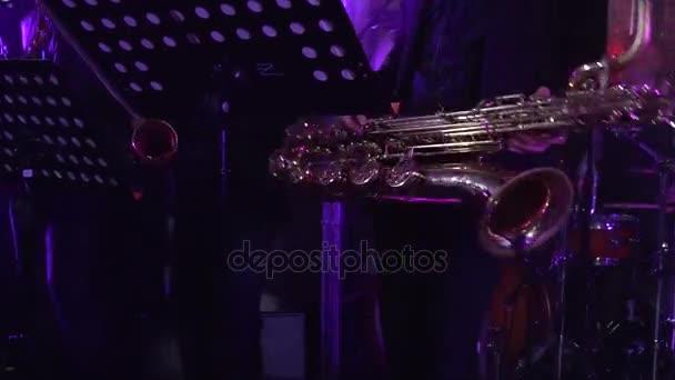 Zenész játszik szaxofon koncert.