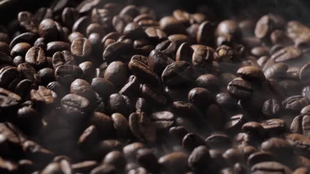 A kávébab pörkölés közben forog. A füst kávébabból származik..