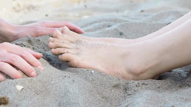 Persona che dà un piede massaggio ad unaltra persona