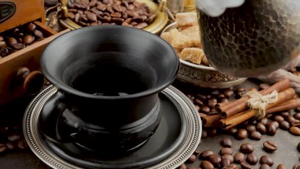 Horká káva se nalévá z kávovaru do šálku.