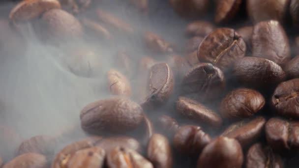 Geröstete Kaffeebohnen mit Rauch in der Pfanne
