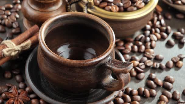 Kaffee mit Dampf aus einer Kaffeekanne in eine Tasse gegossen
