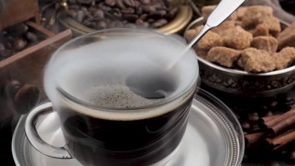 Heißer Kaffee in einer Tasse mit Dampf auf altem Hintergrund.