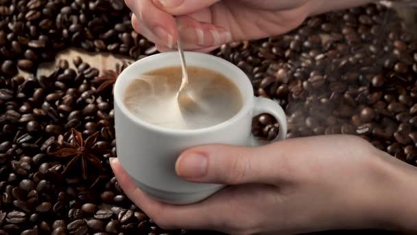 Kávé gőzzel töltött kávéfőzőből egy pohárba