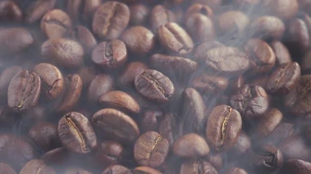 pražená kávová zrna s kouřem v pánvi