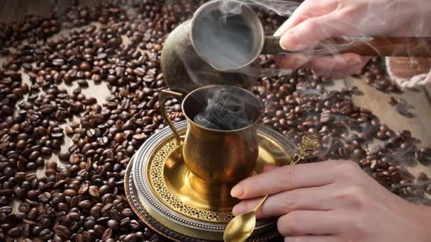 Káva s párou nalitou z konvice na kávu do šálku