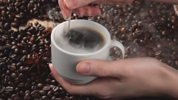 Párolt kávé összekeverése egy pohárban egy kanállal