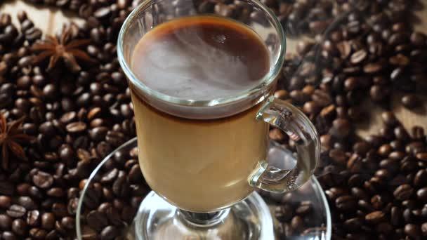 Forró kávé egy csészében gőz egy régi háttér.