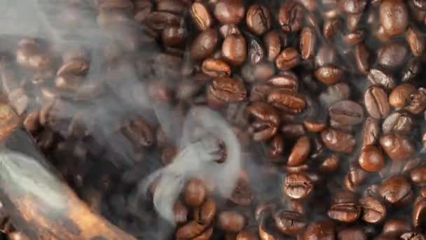 Sült kávébab füsttel a serpenyőben