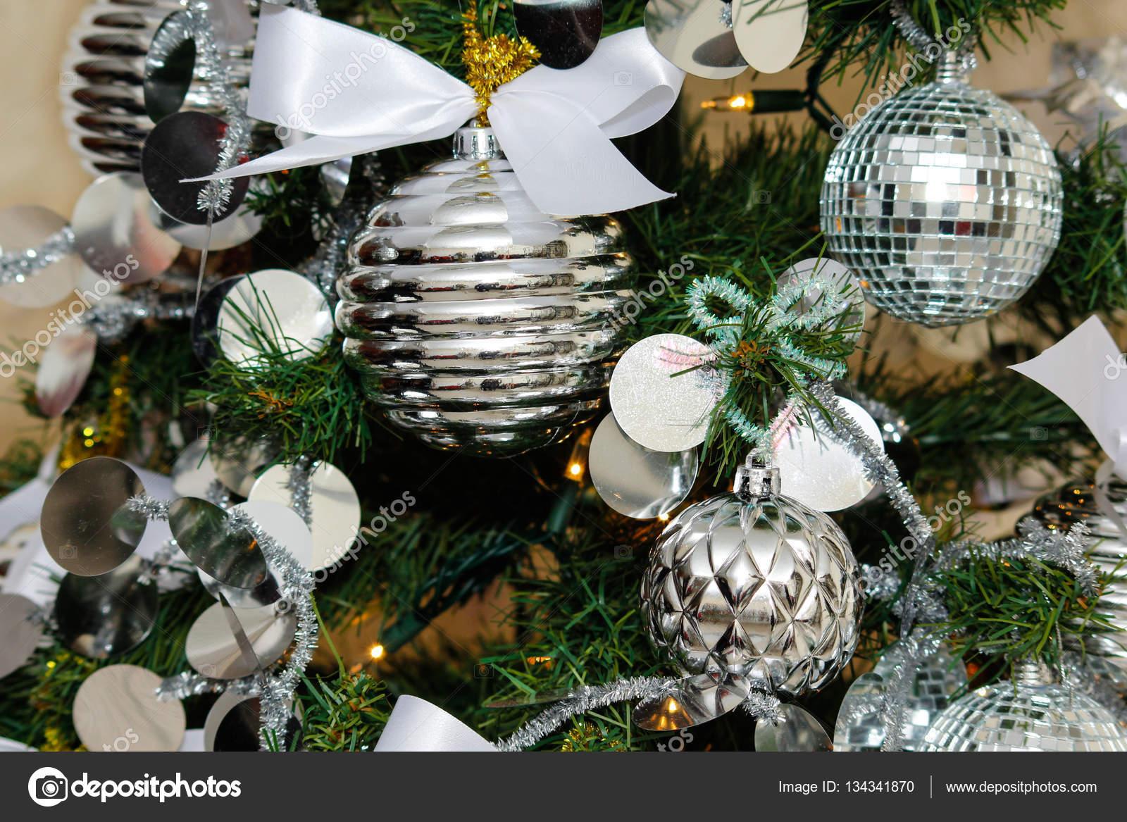 Silber Und Weiss Christbaumschmuck Stockfoto C Elrivera 134341870