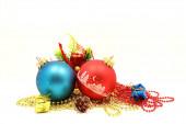 Fotografie dekorací na Vánoce a Nový rok, kompozice dekorací na vánoční stromeček, vánoční míče, izolované na bílém pozadí
