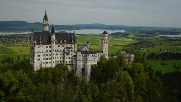 Krásný výhled na zámek Neuschwanstein v Bavorsku, Německo. Časový limit videa bez filtru.