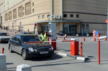 The entrance to the paid parking Kursk railway station.