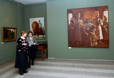 Viewers at the exhibition in Moscow state school of watercolour of Sergei Andriyaka in the painting