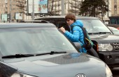 A férfi keze meg szórólapok az úton, a moszkvai központ.
