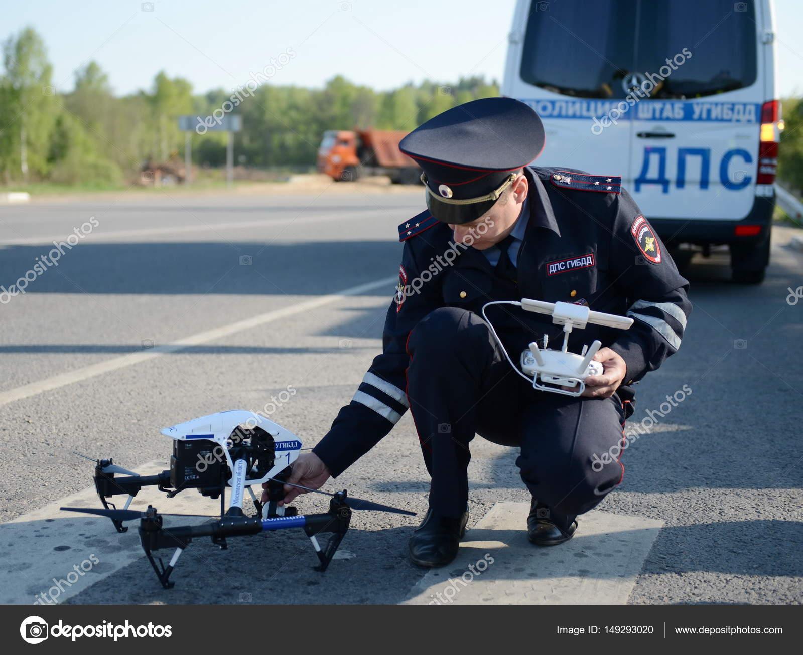 Der Inspektor der Verkehrspolizei Dienstleistungen Monitore der ...